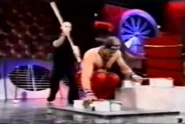 Terry Cole en appui renversé sur des épées de samouraï