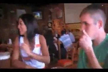Embrasser les serveuses du Hooter's bar