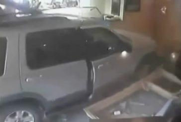 Démolir une vitrine en voiture