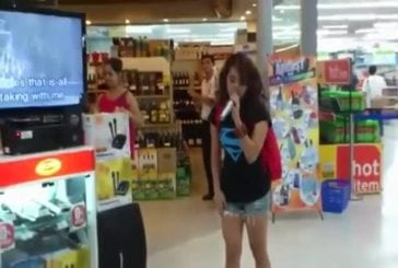 Une fille chante en karaoké dans un magasin