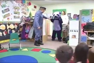 Panda violet rend visite à des petits enfants