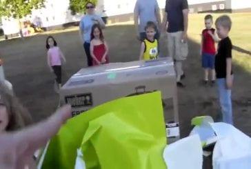 2 enfants déballent leur papa militaire pour noël