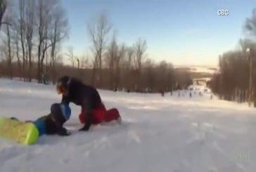 Enfant de 18 mois apprend le snowboard