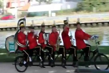 Groupe musical sur un vélo tandem