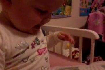 Bébé tente la tornade de langue