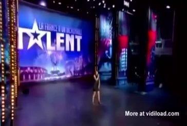 Jolie fille réalise une performance lors d'une audition