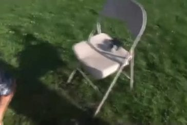 S'auto-infliger un faceplant avec une chaise en fer