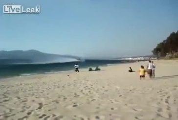 Avion bombardier remplit ses réservoir près de la plage