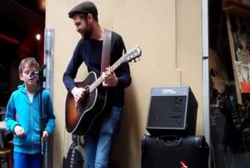 Enfant chante dans la rue