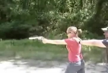Jolie fille se tire presque dessus