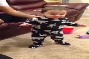 Grande soeur interrompt premiers pas de bébé