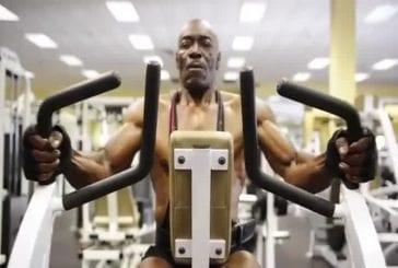 Cet homme est âgé de 70 ans