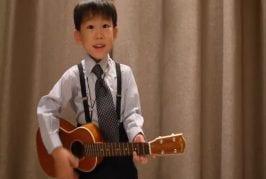 Jeune enfant reprend the beatles au ukulele