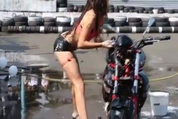 Bombasse fait un lavage sexy de moto FAIL