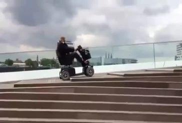 Vieil homme prend les escaliers comme un boss