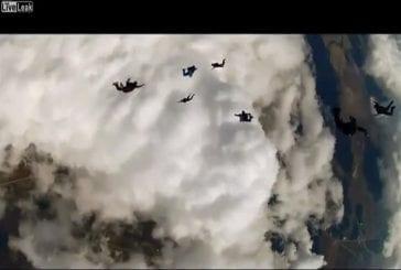 Parachutisme à travers un nuage