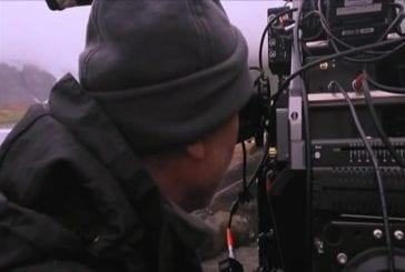 Elephants de 4 tonne écrasent une tente de cameraman