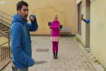 Lancer de couteaux en jouant au Ping-pong