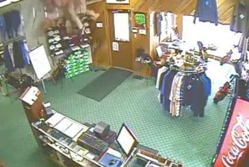 Homme tombe à travers le plafond de la boutique de golf