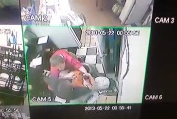 Adolescents ejectent un voleur de magasin