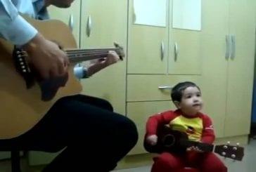 Père et fils jouent ensemble