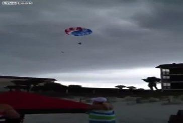 Adolescentes s'écrasent sur un building durant un baptème de parachute ascensionnel