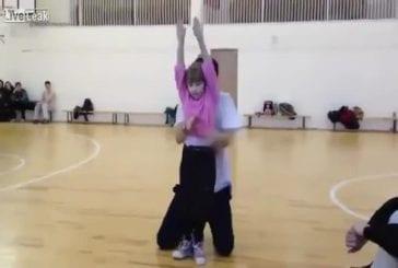 Petite fille exécute une danse électronique incroyable