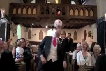 Marié montre d'incroyables compétences de jonglerie