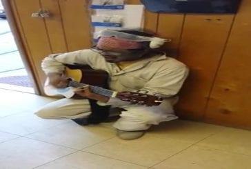 Ouvrier chante une chanson durant sa pause déjeuner
