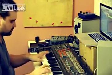 Jouer un morceau sur un synthétiseur 8bits