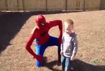Soldat en costume de spiderman surprend son fils