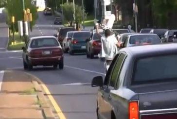 Enfant fait des wheelies au milieu de la route
