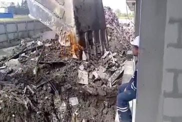 Ouvrier russe allume sa cigarette avec la pelle d'une grue