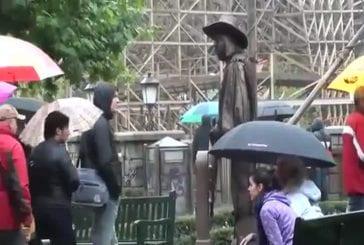 Statue vivante fait peur aux femmes