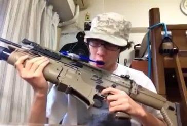 Attacher sa brosse à dent sur son arme de guerre