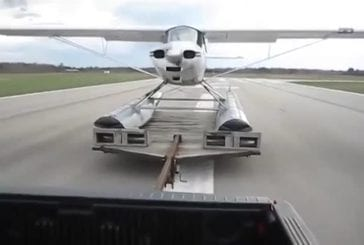 Hydravion décolle à partir d'une remorque de camion