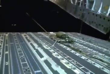 Camions militaires balancés d'un avion pendant la nuit