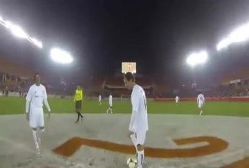 Joueur professionnel de football porte une GoPro durant un match