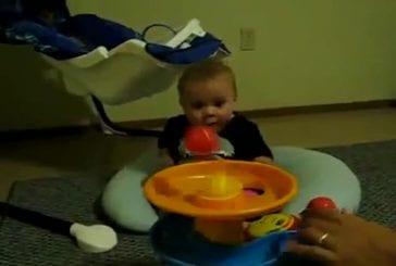 Bébé est super excité avec une machine à balles