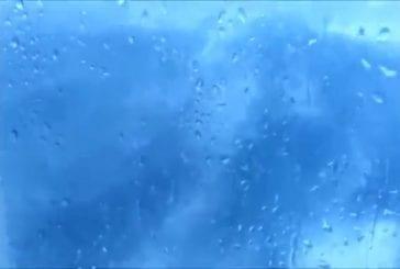 Les vagues de l'océan font bouger le salon d'un bateau