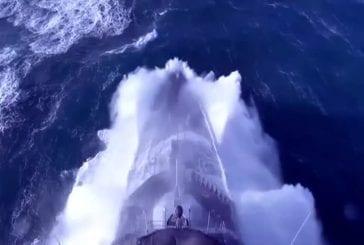 Navire de guerre dans d'énormes vagues