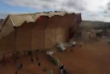 Immense tente soufflée par le vent