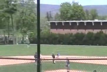 Joueur de baseball saute par-dessus le rattrapeur