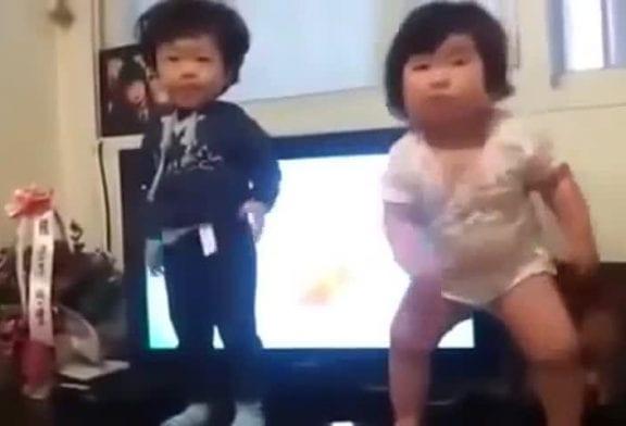 Bébé joufflu coréen fait une petite danse