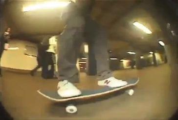 Skater saute par dessus les rails du métro