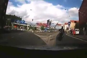 Motard tente d'échapper à une voiture de police