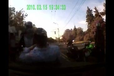 Des motards arrêtent une voiture pour se battre