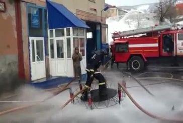 Pompier russe flotte dans l'air