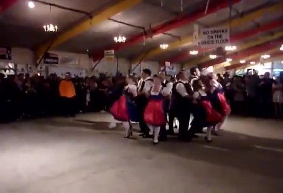 Danse traditionnelle bavaroise sur la chanson