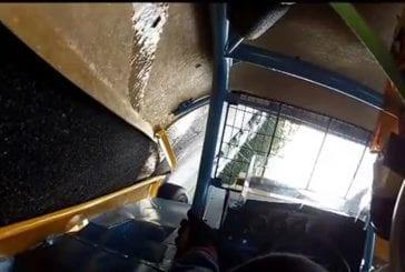 Vue intérieure d'une voiture qui prend feu durant une course